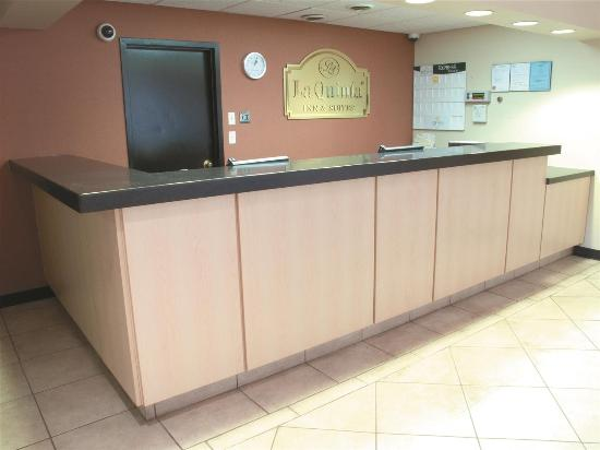 La Quinta Inn & Suites Elmsford: Lobby view