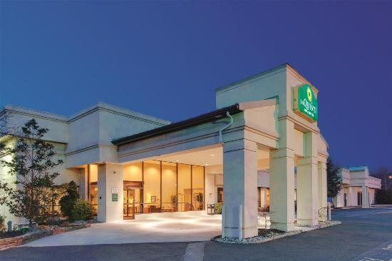 La Quinta Inn & Suites Fairfield : Exterior view