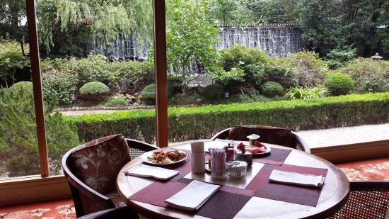 Shanghai International Airport Hotel: Ristorante e veduta giardino