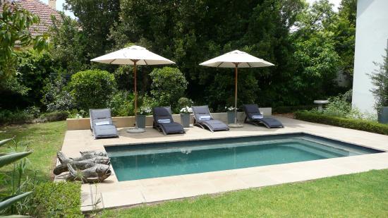 Middedorp Manor: zwembad in de tuin