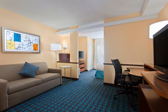 Fairfield Inn & Suites Tampa Brandon: King Suite - Living Room
