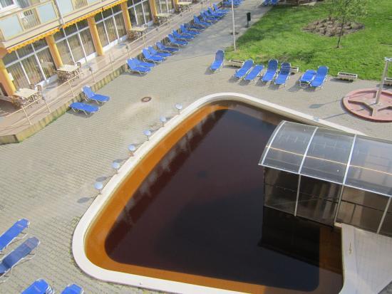 Hungarospa Thermal Hotel : Вид из окна номера на открытый термальный бассейн.