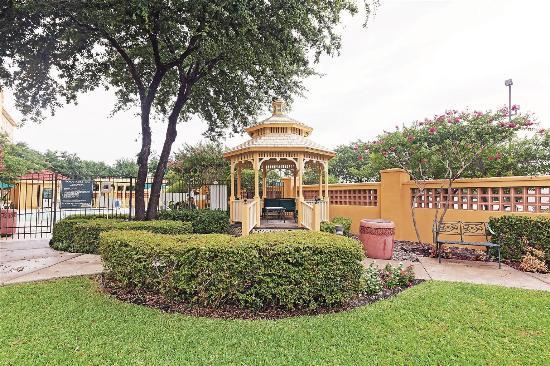 La Quinta Inn & Suites Dallas Arlington South: Exterior