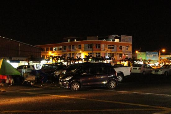 Jerantut Hill Inn : Вид на отель с улицы со стороны автостанции