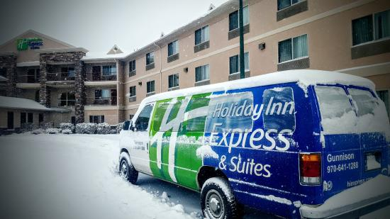Holiday Inn Express & Suites - Gunnison: Six inches of new snow this morning, but the van still goes to the airport!