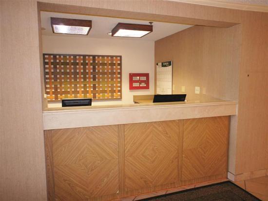 La Quinta Inn & Suites: Front desk