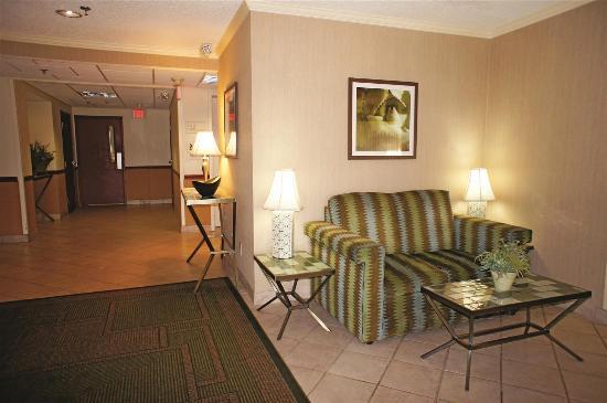 La Quinta Inn & Suites: Lobby
