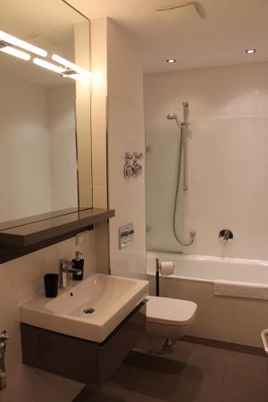 Homage Design Apartments: Bathroom
