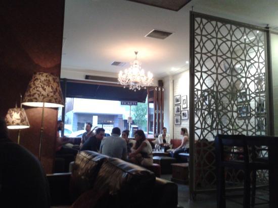 Five Bar: Lugar