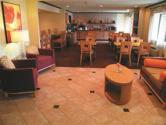 Magnolia Inn and Suites: Lobby view