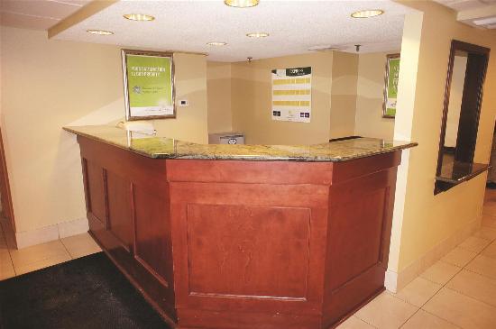La Quinta Inn & Suites South Burlington: Front Desk