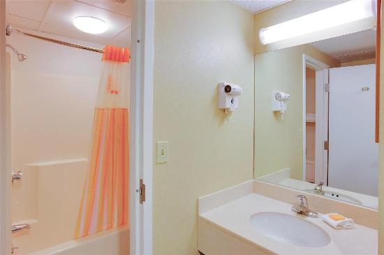 La Quinta Inn Boston - Milford : Guest room