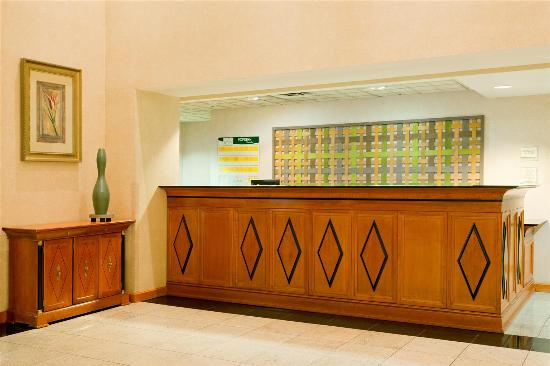 La Quinta Inn & Suites Garden City: Front Desk