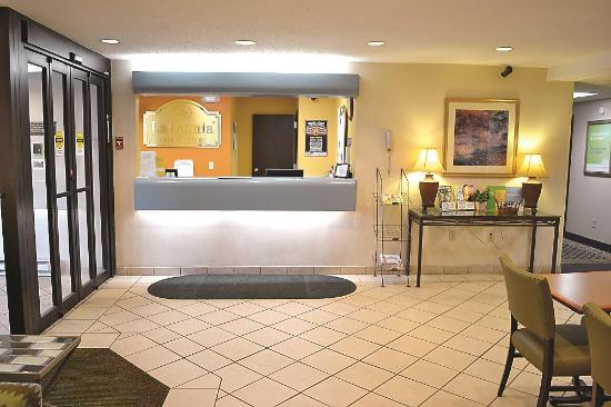 La Quinta Inn Pleasant Prairie Kenosha: Lobby view