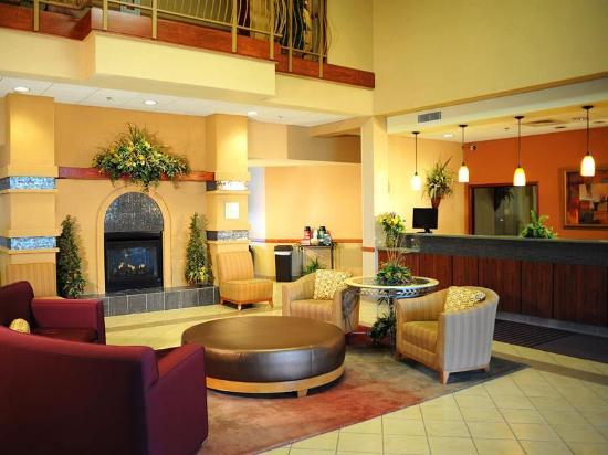 La Quinta Inn & Suites Springfield Airport Plaza: Lobby view