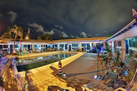 Adobe Hacienda Motel: Pool Time :)
