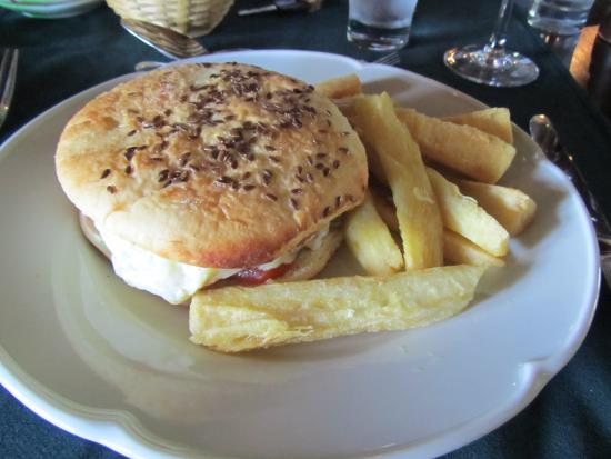 Don Puerto Bemberg Lodge: Great burger!