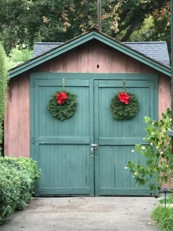 Hewlett Packard Garage: Christmas deco on the door of the garage