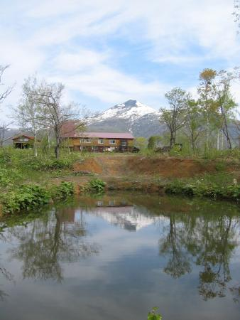 Niseko Tourist Home: 池と外観