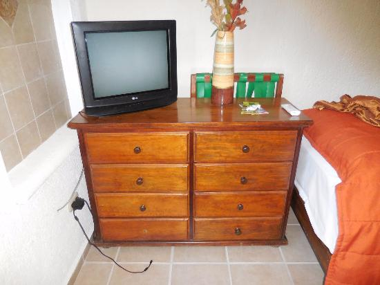 Maison Tulum: Smaller TV, more dressers