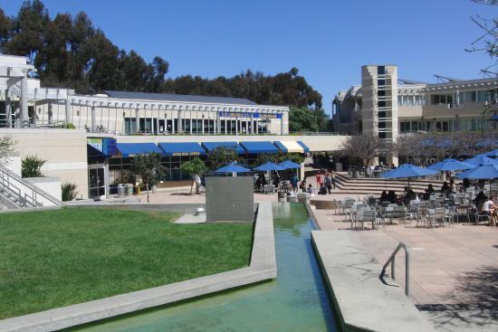 University of California San Diego: フードコートの前