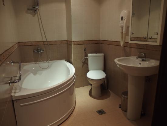 Hotel Gurko: 大きなバスルーム