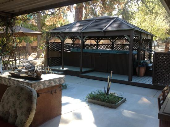 Yosemite's A Haven of Rest Bed & Breakfast: Swim Spa & gazebo just outside guest room