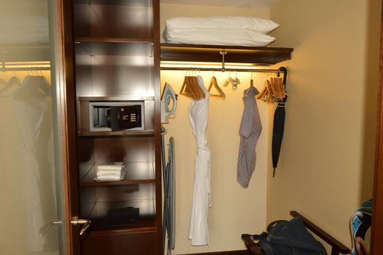 Kochi Marriott Hotel: Beautiful Closet