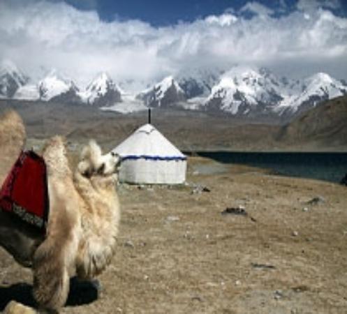 Karakoram Highway: karakul lake with the view of kongur mountain range