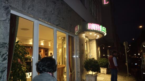 Hotel Stadt Munchen: Main hotel door