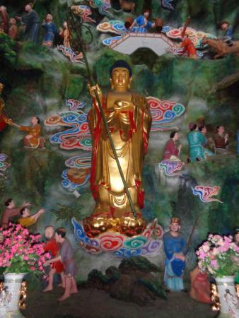 Guyaoshi Temple: Golden Buddha