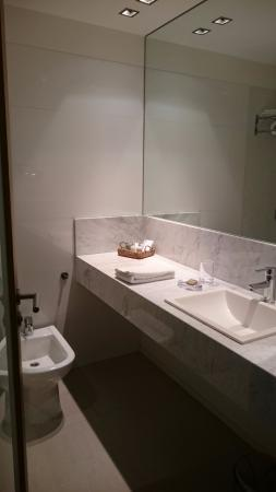 Serena Hotel: ванна