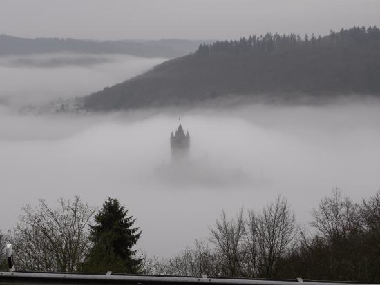 Reichsburg: Early morning fog in the Mosel the valley
