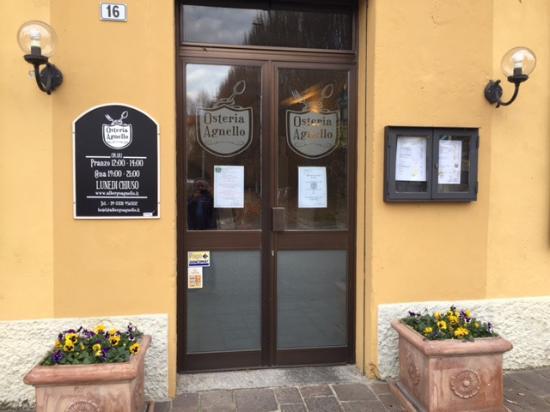 Taino, Italien: L'ingresso dell'Osteria