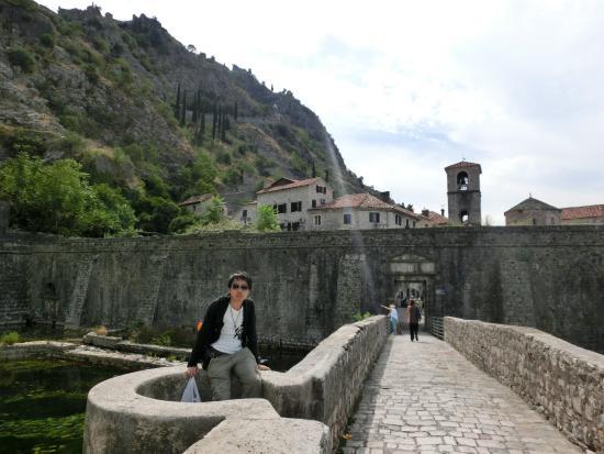 Gurdich Gate: 門自体は人が数人通れるぐらいの大きさ