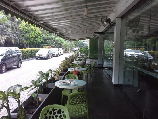 Sisi ruang terbuka Pomelotel Cafe