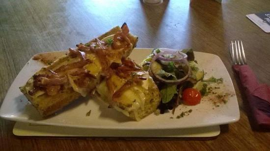 Kimbolton, UK: Garlic Bread, Bacon & Brie