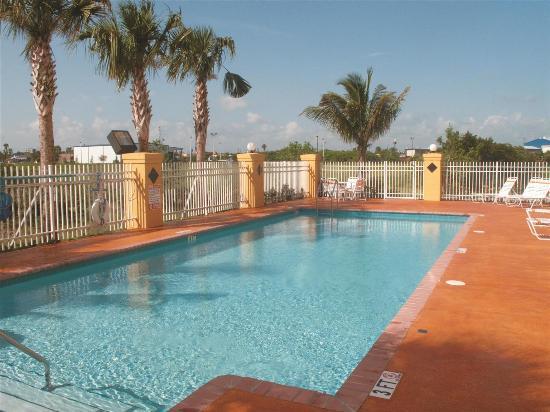 La Quinta Inn & Suites Ft. Pierce: Pool view