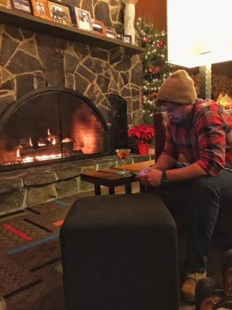 Bethel, ME: Chillen by the fireplace in the hotel, outside of the bar/restaurant Camp