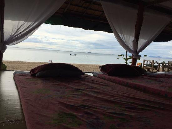 Lanta Pearl Beach Resort: Massages on the beach