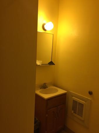 Hermann Motel: Tiny bathroom