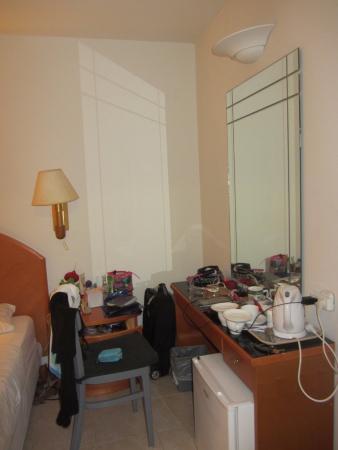 Q Hotel: Стол, стул, зеркало. Все, что нужно девушке.