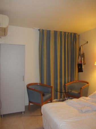Q Hotel: Стулья - кресла, стеклянный столик, шкаф.
