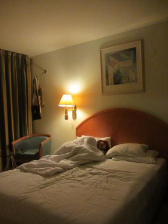 Q Hotel: Кровать.