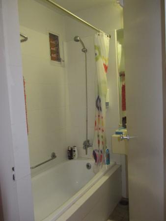 Q Hotel: Ванная комната.