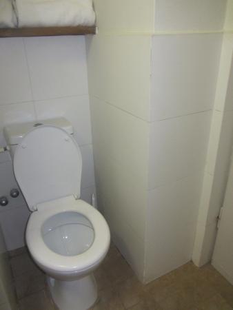 Q Hotel: Чистый туалет.