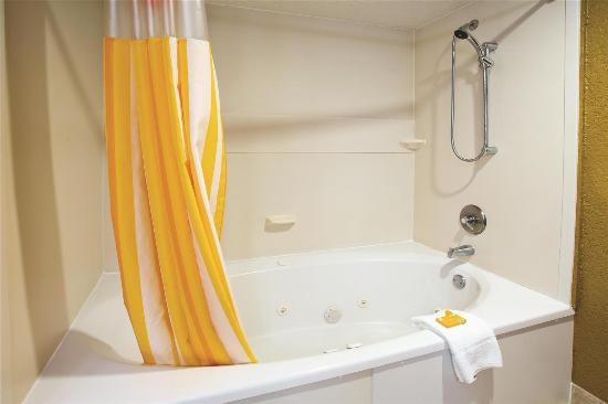La Quinta Inn & Suites Hot Springs: Guest room
