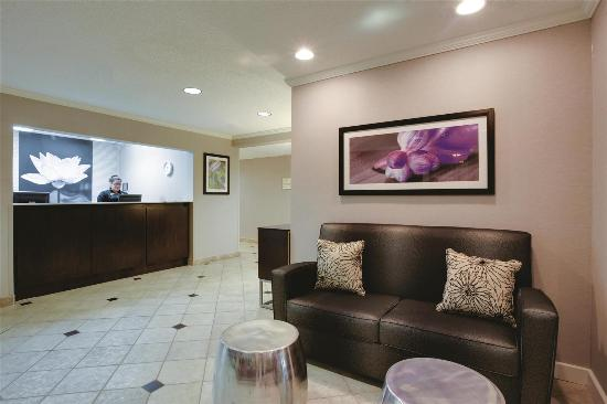 La Quinta Inn & Suites Harrisburg Airport Hershey: lobby