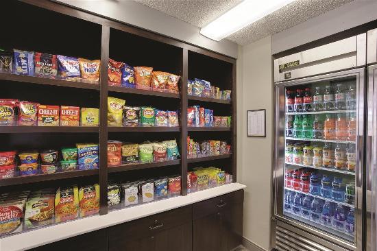 La Quinta Inn & Suites Harrisburg Airport Hershey: pantry