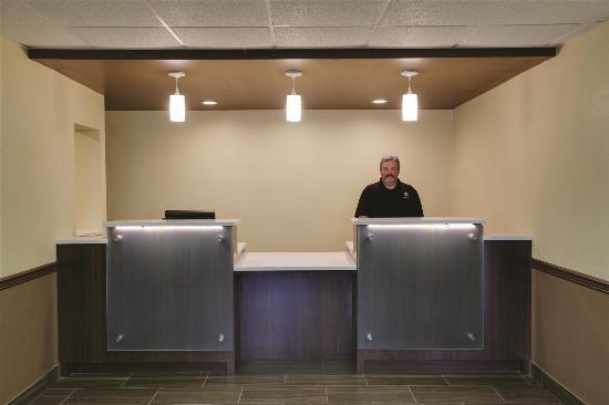 La Quinta Inn Wytheville: Lobby front desk